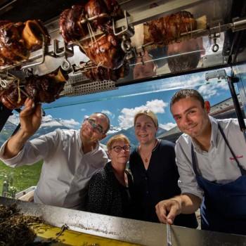 v.l. Bernhard, Ruth, Natalie, Guy Ravet beim Grill mit den Kalbshaxen.